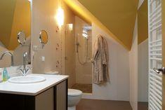 Baño en buhardilla. Imagen de una de nuestras viviendas ya terminadas y entregadas. Baño dentro de habitación en suit. Bathroom Lighting, Mirror, Furniture, Home Decor, Chalets, Interiors, Houses, Bathroom Light Fittings, Bathroom Vanity Lighting