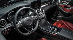 Convenient and intuitive: the touchpad developed by Mercedes-Benz, in the handrest above the controller on the centre tunnel.