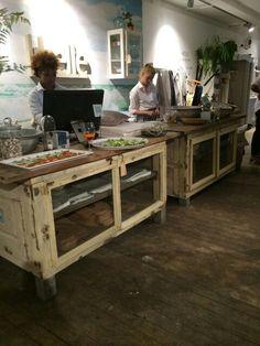 Stoere oude brocante toonbank/ keukeneiland/dressoir van WWW.OLD-BASICS.NL bij Libelle Beach Café in Haarlem. Old BASICS: webshop en grote winkel vol unieke oude brocante, landelijke, industriële en vintage meubels.