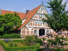 Altes Land bei Hamburg: Rathaus von Jork: In der Gemeinde befinden sich die meisten Apfel-Plantagen - sie gilt als heimliche Hauptstadt des Alten Landes.