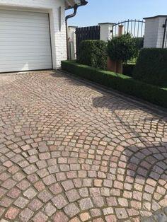 This particular walkway pavers is certainly a magnificent design conception. Paver Patterns, Paving Pattern, Home Garden Design, Diy Garden Decor, Paver Sidewalk, New Patio Ideas, Brick Pathway, Paver Stones, Parker House