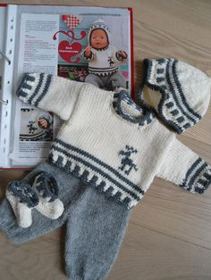This Pin was discovered by Apa Easy Baby Knitting Patterns, Knitted Doll Patterns, Baby Sweater Knitting Pattern, Knitting For Kids, Baby Boy Sweater, Knit Baby Sweaters, Baby Cardigan, Baby Born Clothes, Cute Baby Clothes
