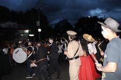 Fecha: Viernes 30 de octubre de 2015 Título: Un cielo azul en la procesión. Autor: Aidee Lashmi García Kroeplfy Dispositivo: Canon, Rebel T3 resolución: 12 mega píxeles