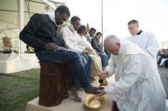 Le pape François lave les pieds de migrants, le jeudi 24 mars 2016, à Rome.