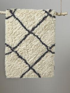 Tapis en laine de style berbère à poils longs et croisillons : un must have dans tous les intérieurs qui se veulent chic et tendance.DétailsTissage en