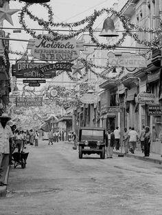 Christmas ~ Havana '' Cuba '' I have that fiberglass bell-- looking for a second one! Varadero, Vintage Cuba, Vintage Photos, Vintage Havana, Costa Rica, Cuba Pictures, Cuba History, Viva Cuba, Cuban People