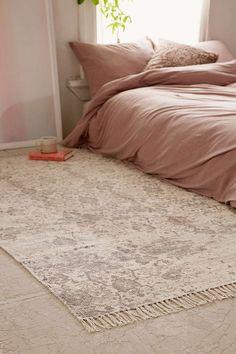 Quoi de plus agréable le matin que de sortir du lit et de poser ses pieds sur un joli tapis ? Côté déco, c'est l'accessoire chic par excellence, qui apportera charme et caractère à votre chambre.