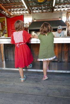 Neugier - eine der schönsten Eigenschaften von Kindern. Und mitunter auch eine anstrengende! 😃 Beide Mädels durften hier ein neues Röckli tragen, und ganz selbstständig auf die Wurst vom Grill warten.. Schön!