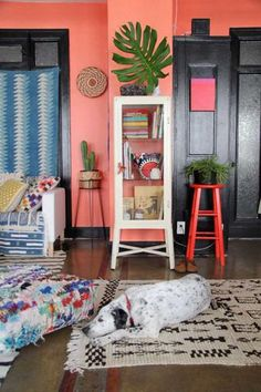 couleur mur / coral wall in a cool living room space Wall Colors, House Colors, Color Walls, Room Inspiration, Interior Inspiration, Diy Wanddekorationen, Deco Boheme Chic, Peach Walls, Pink Walls