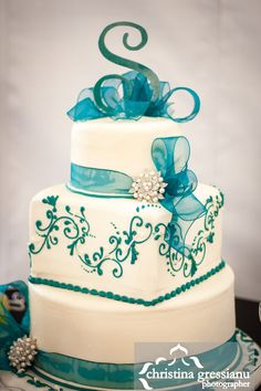 Teal and white wedding cake (theme match bridesmaid dresses/ tablecloths/ room)
