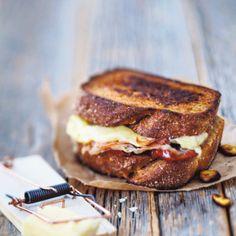 Cheddarjuustosandwich & balsamicopunasipulit. Eat.