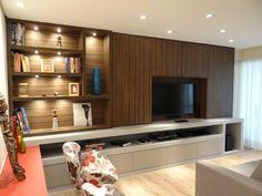 Painel TV camufla armário e destaca objetos pessoais em nichos com iluminação