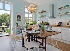 Ett lyckligt kök. Jag gillar slagbordet, de vita pinnstolarna, de öppna hyllorna och såklart balkongen utanför.