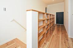 階段を上がった2 階のホールには、階段の壁の側面全体を利用した、収納力抜群の本棚がある。スペースを有効に使った造り付け本棚で、家族のお気に入りの本を共有することもできる。本棚を新たに購入したり、置き場を考えたりする必要がないのもうれしい。