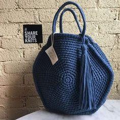 A Collection of Crochet Handba Crochet Tote, Crochet Handbags, Crochet Purses, Crochet Stitches, Knit Crochet, Crochet Patterns, Handmade Handbags, Handmade Bags, Pochette Diy