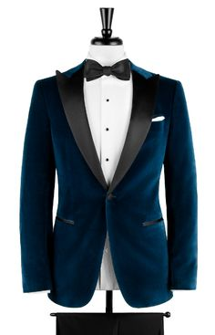 If you already own black tuxedo pants, all you need is this blue velvet dinner jacket for an unforgettable outfit (and night). Velvet Jacket Men, Velvet Blazer Mens, Blue Velvet Suit, Velvet Dinner Jacket, Mens Dinner Jacket, Dinner Jackets, Velvet Smoking Jacket, Indian Men Fashion, Mens Fashion Suits