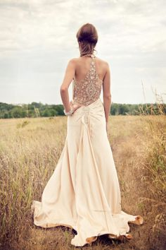 1930s Inspired Flapper Backless Wedding Dress - Top 5 Art Deco Wedding Dresses with Gatsby Glamour https://www.loveandlavender.com/2018/01/art-deco-wedding-dresses/
