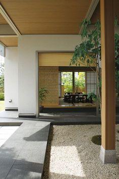 中庭と外庭と隔てる通路を通り、ダイニングから離れの和室へ。