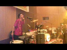 """Lamatumbá ao vivo na Sala Capitol o 12 de novembro de 2009, dentro da sua xira """"Paraugas Tour 09"""", interpretando o tema """"O San Benitiño"""" do seu segundo disco """"Lume (Para que saia o sol"""")."""