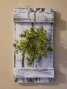 Rustic Shutter Style Wall Hanging with Wreath Shutter Wall, Shutter Decor, Rustic Shutters, Diy Shutters, Farmhouse Style Decorating, Farmhouse Decor, Diy Decorating, Old Window Projects, Design Seeds