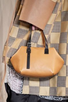 Loewe Fall 2019 Ready-to-Wear collection, runway looks, beauty, models, and reviews.