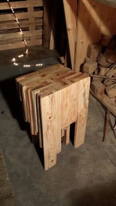 Pallet table. Wood. Furniture.  Malala's Lab. www.malalaslab.com