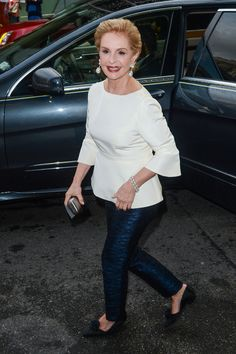 Earlier this week the grand dame of fashion, Carolina Herrera, stepped down as creative director of her eponymous fashion house. Mature Fashion, Fashion Over 50, Fashion 2017, Timeless Fashion, Carolina Herera, Ch Carolina Herrera, Moda Chic, Advanced Style, Casual Outfits