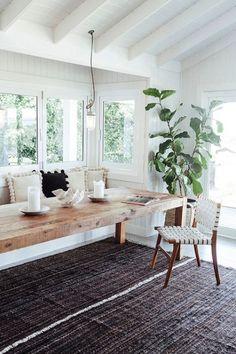 素材感がある大きめなテーブルに、大きなグリーンを取り入れることによって統一感を出しています。