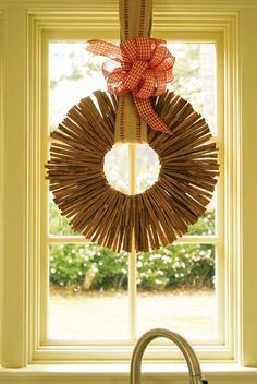 Spice up your front door with a wreath made of cinnamon sticks. The delicious decoration welcomes visitors and disperses a wonderful scent.