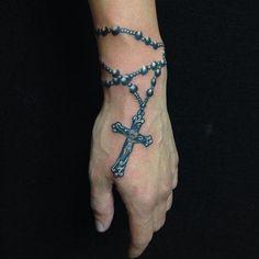 Conheça nossa belíssima seleção de tatuagens de terço com 60 fotos inspiradoras sobre devoção e fé. Confira!