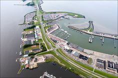 Lauwersoog - De sluizen en de haven van Lauwersoog in 2011. De Waddenzee rechts, het Lauwersmeer links.