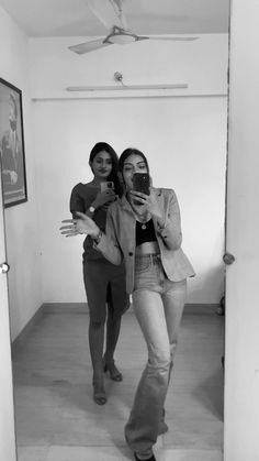 Friend Poses Photography, Photography Poses Women, Girl Photography Poses, Ideas For Instagram Photos, Creative Instagram Stories, Cute Girl Photo, Girl Photo Poses, Bff Poses, Best Friend Poses
