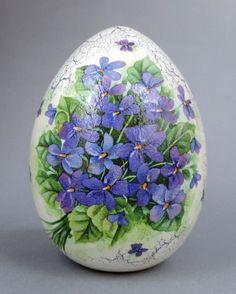 Efektowne, zdobione  techniką decoupage  jajo ceramiczne.  Wymiar: wysokość-  14 cm, średnica- 10  cm.   Niezwykła,  wielkanocna  dekoracja  Twojego stołu  lub oryginalny  prezent dla kogoś  bliskiego. Odwrotna strona zdobiona podobnie....