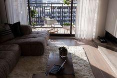 Smal balkon aan de woonkamer aach interieur bruine
