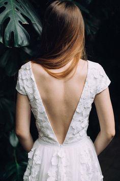 Op zoek naar een trouwjurk met een open rug? Dan is dit pareltje misschien wel iets voor jou! Je ziet ze steeds meer de open back weddingdress! Want zeg nou zelf iedere vrouw voelt zich hier wel sexy in..