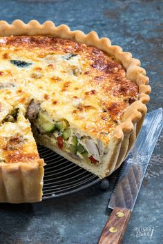 Savory pie with chicken thigh, zucchini & bell pepper - Rutger Bakt - Savory pie with chicken thigh, zucchini & bell pepper – Rutger Bakt - Pizza Snacks, Lunch Recipes, Great Recipes, Favorite Recipes, Tarte Tartin, Bake My Cake, A Food, Food And Drink, Zucchini