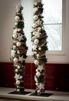 kerst decoratie - metalen pin (frame) op voet omwikkeld met riet versiert met kerstballen, sterren enz: