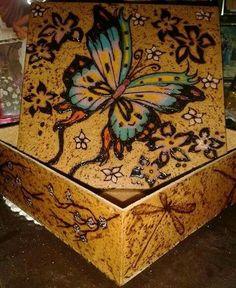 Borboleta pirografada e pintada com lápis de cor Fabercasttel em caixinha de MDF de 15x15