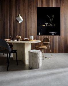 Ben jij ook zo'n fan van de betonlook? Deze PVC vloer van vtwonen is bijna niet van echt beton te onderscheiden! Erg mooi voor in de woonkamer of de keuken. Of je nu gaat voor een landelijke woonstijl, industrieel, modern of design, deze betonvloer past bij vele interieurs! Dining Chairs, Dining Room, Interior Inspiration, Home Office, New Homes, Grey, Table, House, Furniture
