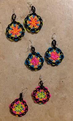 Amazing earrings made from rainbow bands. Rainbow Loom Earrings, Rainbow Loom Bands, Rainbow Loom Charms, Rainbow Loom Bracelets, Rainbow Loom Patterns, Rainbow Loom Creations, Rubber Band Crafts, Rubber Bands, Loom Bands Designs