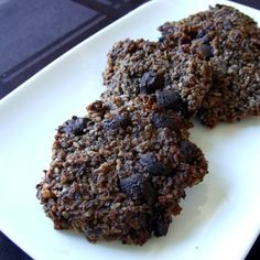 Chocolate Quinoa Cookies vegan gf I'm thinking some chopped nuts would be good in this and choco chips are optional Quinoa Cookies, Protein Cookies, Healthy Cookies, Cookies Vegan, Coconut Cookies, Vegan Desserts, Raw Food Recipes, Vegan Treats, Vegan Food