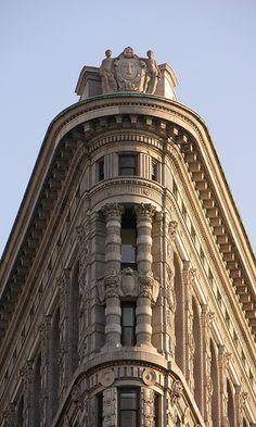 Flatiron Building ตั้งอยู่บนเกาะสามเหลี่ยมระหว่างถนนบรอดเวย์ที่ 5 และถนนที่ 22 ตะวันออก ประจบกับถนนที่ 23 ซึ่งเป็น 3 ถนนหลักที่ล้อมรอบตึกแห่งนี้ ชื่อของเแฟลตไอออน มาจากความคล้ายคลึงกับเตารีดที่ทำด้วยเหล็กหล่อ (cast-iron clothes iron)