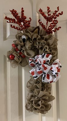 Burlap reindeer wreath using candy cane wreath form Easy Fall Wreaths, Christmas Mesh Wreaths, Christmas Gift Decorations, Burlap Christmas, Candy Cane Decorations, Wreath Crafts, Diy Wreath, Christmas Crafts, Wreath Making