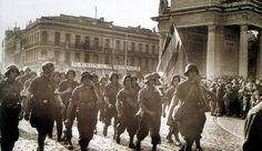 Septembre 1944 : derrière le drapeau rouge-jaune-violet de la République espagnole, et coiffés de casques pris à l'ennemi, les guérilleros engagés dans la résistance française défilent devant le monument aux morts de Toulouse. Photo archives DDM - DDM
