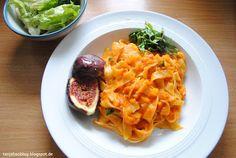 Tanja Bao: Frühstück, Mittag- und Abendessen vol.6. Tagliatelle mit Tomaten Kürbis Soße. Feige und Thai Basilikum. Vegan.