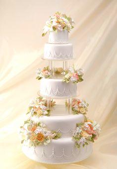 クラシックな淡いカラーのフラワーアレンジが可愛い、大きめタワーのウェディングケーキ