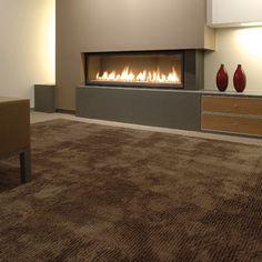 Tapis marron Bic Carpets devant une cheminée design