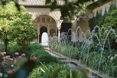 """Localizado en Granada, España, Alhambra es un homenaje a los moros que vivieron allí durante la época medieval. Llena de palacios, Alhambra significa """"castillo rojo"""" en árabe. Alhambra tuvo que soportar mucha destrucción a través de los años. Hoy en día está muy restaurada."""