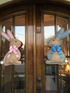 But what I love even more is simple, shabby decor, just like this adorable bunny door hanger made with burlap and just some si Easter Projects, Easter Crafts, Holiday Crafts, Easter Decor, Hoppy Easter, Easter Bunny, Painting Burlap, Burlap Door Hangers, Diy Ostern