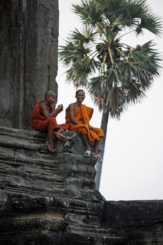 Monks at Angkor Wat - Cambodia #AngkorWat #Guiddoo #trave #aroundtheworld #wanderlust #nomad #smiles #happiness #expressions #LetsExplore #scuba #diving #adventure #underwater #seabed #sea #life www.guiddoo.com